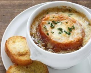 Soupe à l'oignon gratinée au comté : http://www.fourchette-et-bikini.fr/recettes/recettes-minceur/soupe-a-loignon-gratinee-au-comte.html