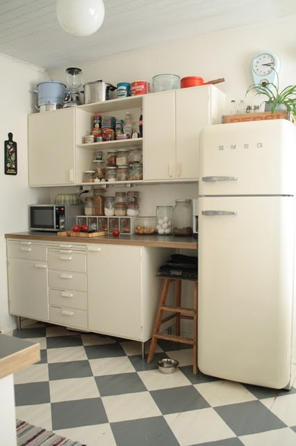 Une vraie cuisine 50's remise au goût du jour. Et ce parquet peint, très chic