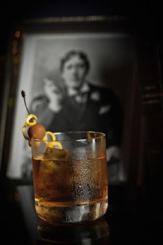 COCKTAILS ■ OLD FASHIONED │ Cocktail à base de Bourbon pour 1 personne ■ Mélanger directement dans un verre à whisky 1 morceau de sucre, 1 trait d'angostura bitters, 5cl de Bourbon et 1 zeste d'orange. Mélanger à la cuillère avec de l'eau gazeuse