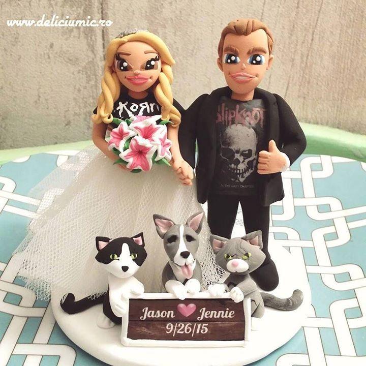 Va prezit o comanda tare draga mie a unui cuplu din NY ce au nunta weekendul acesta: Jason <3 Jennie impartasesc pasiunea pentru muzica rock si pentru cele 3 animalute: Doolittle Pong & Mr T :D #figurinedetortpentrununta #figurinetort #figurinetortnunta #nuntarock #deliciumic - http://ift.tt/1ipRjKg -
