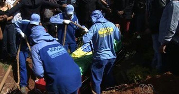 Corpo do cantor sertanejo Cristiano Araújo é enterrado em Goiânia