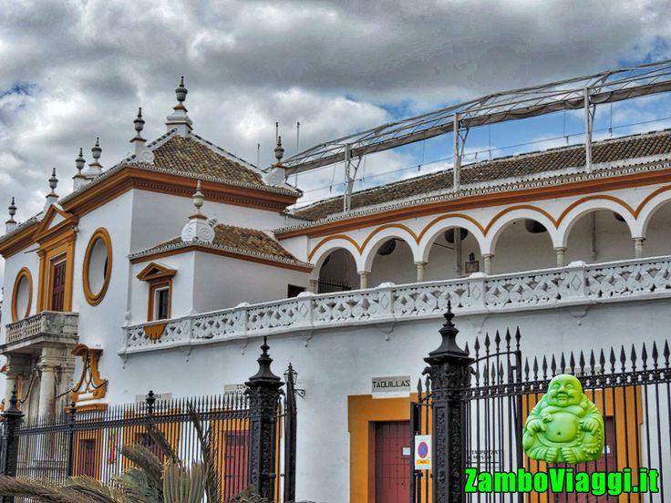 Plaza de Toros, Siviglia, Spagna. Scoprite insieme a ZamboViaggi la meravigliosa Plaza de Toros, a Siviglia, in Spagna. Entrate con me nell'antichissima arena dei toreri, per comprendere come mai molti spagnoli amano le corride, ed i segreti della Plaza de Toros.