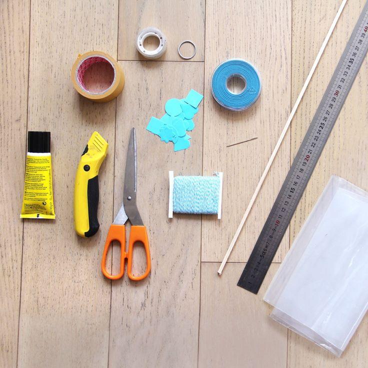 - Un sac poubelle transparent  - Une baguette de bois 6 x 6 mm de 1 mètre de long  - Environ 15 mètres de ficelle  - Un petit anneau en plastique ou en métal  - Du ruban et des gommettes pour la déco  - Une règle  - Une aiguille  - Des ciseaux  - Un cutter  - De la colle  - Du ruban adhésif fixation forte  - Du ruban adhésif double face