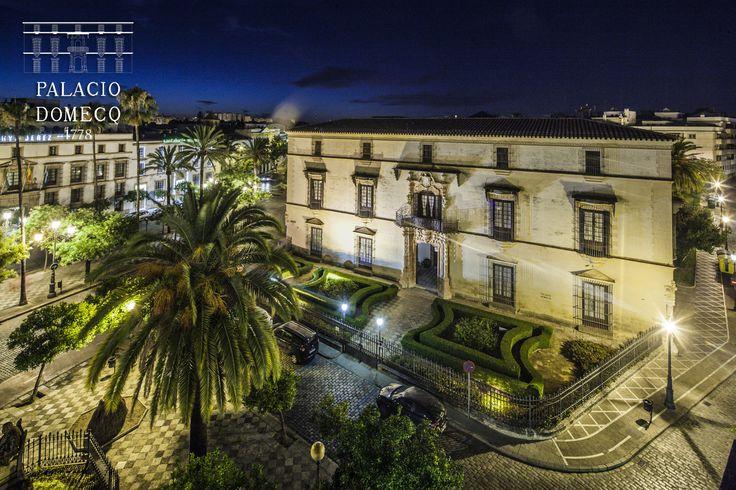 Así luce el Palacio Domecq en la noche de Jerez de la Frontera (Cádiz, España)