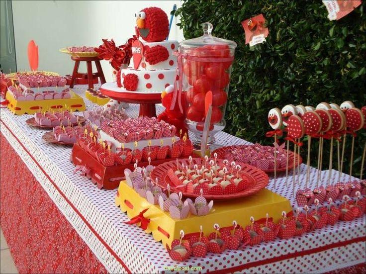 déco d'anniversaire thématique et un gâteau pour bébé Elmo