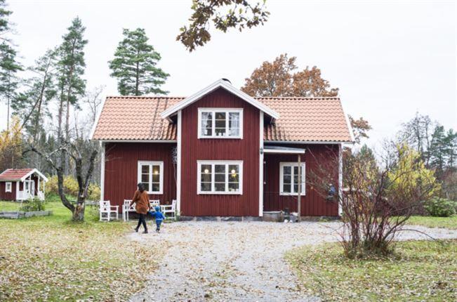 I det lilla samhället Österäng på den västgötska landsbygden har Ida och Björn hittat sitt drömboende i ett rött hus med vita knutar. En lugn idyll på landet med cykelavstånd till Vänern och naturen som granne. Från början var huset tänkt som ett renoveringsobjekt för Björn och en av hans vänner när de köpte det 2003. Men det hela slutade med att Ida i stället flyttade in två år senare. Båda är från trakten och det kändes helt naturligt att det var där de skulle bo.