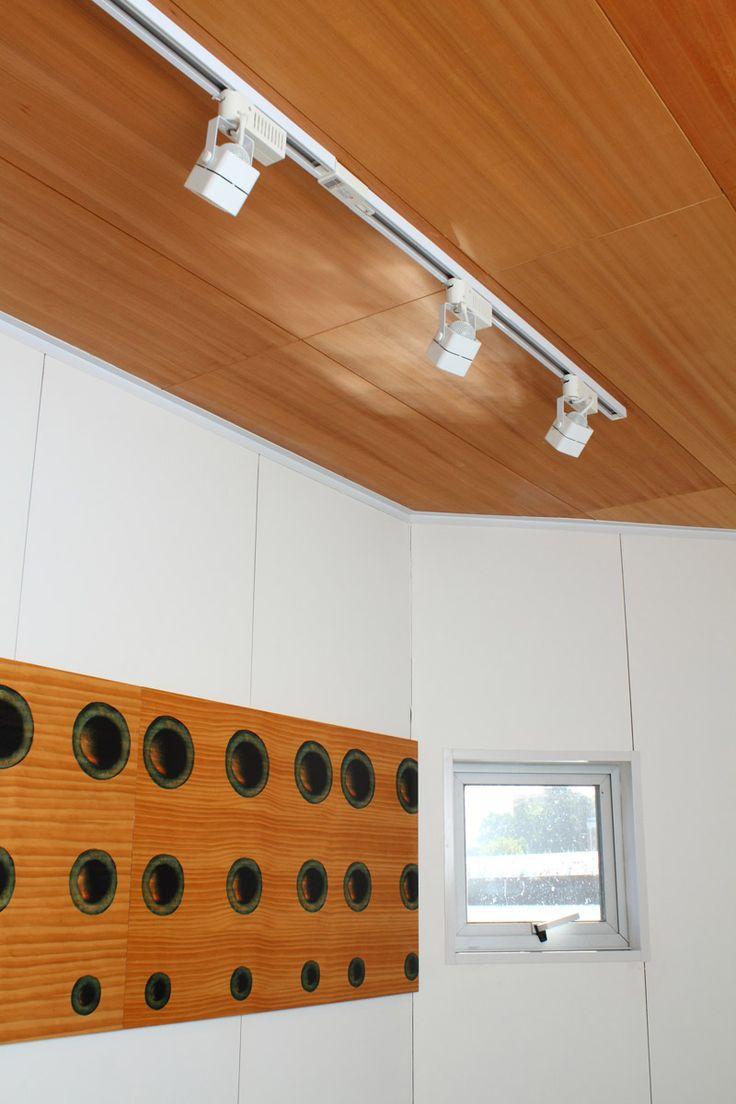 Embarcadero Taxis Fluviales Alwoplast, Valdivia En su interior, las instalaciones del muelle flotante se encuentran revestidas con MDO (terciado multilaminar), Rebest Modular (revestimiento de terciado  modulado, espesor 9mm), Paint (terciado serigrafiado). Las repisas de la cafetería están construidas en Terciado combi de 20mm de espesor.