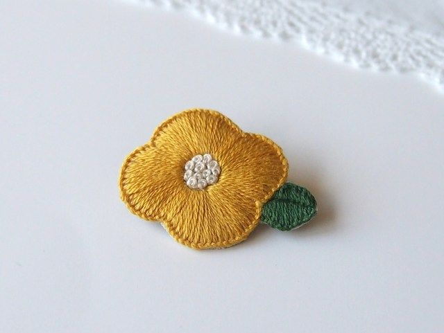 ハンドメイドマーケット minne(ミンネ)| 【再販】お花の刺繍ブローチ