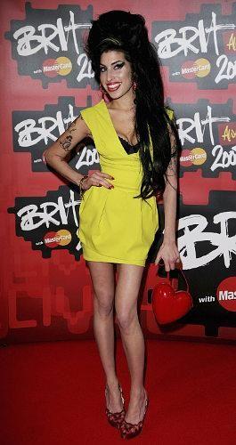 Эми уайнхаус в желтом платье