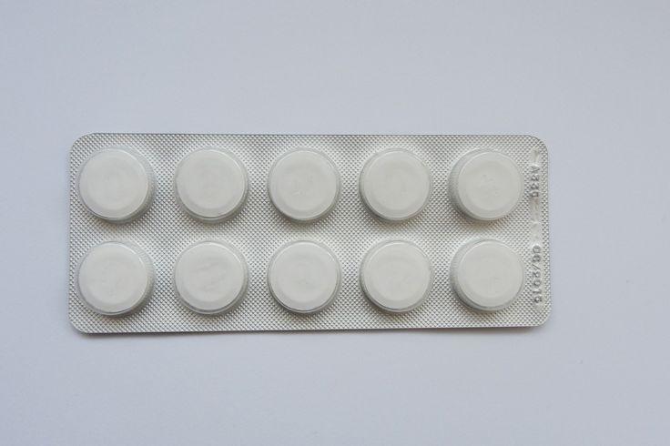 Nietypowe zastosowania aspiryny Aspiryna to sprawdzony środek leczniczy, zwłaszcza na ból głowy oraz przeziębienie. Zazwyczaj ma się w domu przynajmniej jedno opakowanie, z którego można korzystać w razie potrzeby. Okazuje się jednak, że zwalczanie dolegliwości to nie jedyna zaleta jaką posiadają białe tabletki.   #Ból #Ból głowy #Czyszczenie #Leczenie #Materiał #Nietypowe zastosowania #Odciski #Odzież #Ubrania #Wazon #Woda #Wybielanie #Włosy