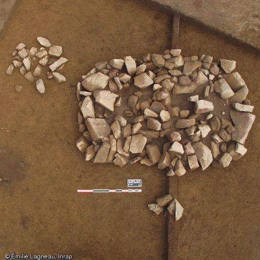 Comblement supérieur d'une grande sépulture de l'âge du Bronze, et foyers périphériques découverts au Bono (Morbihan), 2013.