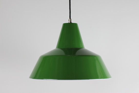Rare green color!  Original vintage Danish light icon: The Værkstedspendel designed by Friis & Moltke for Louis Poulsen in 1967.  Green enamel on outside and white enamel on inside.  IMAGES: We have 2 lamps available at time of listing. The images with the Louis Poulsen papersticker is from one of the lamps. _________________  Very good used condition no bumps and no scratches. Minor signs from age and use. Fully functional!  diameter: 40 cm / 15.7 height: 26 cm / 10.2  weight: approx 3000g…