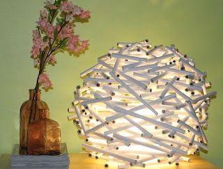 Cómo hacer una lámpara con papel periódico reciclado Explicaciones paso a paso.