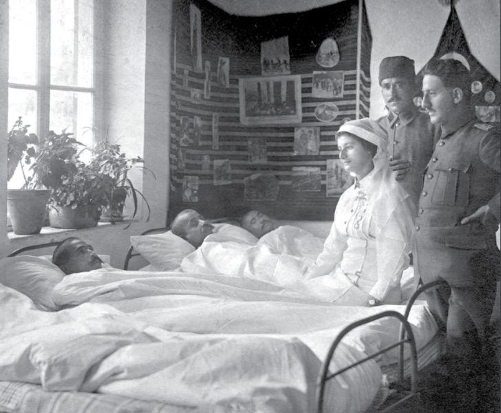 Doktor ve hemşire gözetimindeki yaralılar. (Çanakkale)