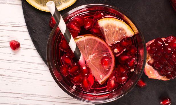 Prepare esta refrescante sangria de vinho Lambrusco com romã e manjericão, perfeita para acompanhar aquele petisco especial.