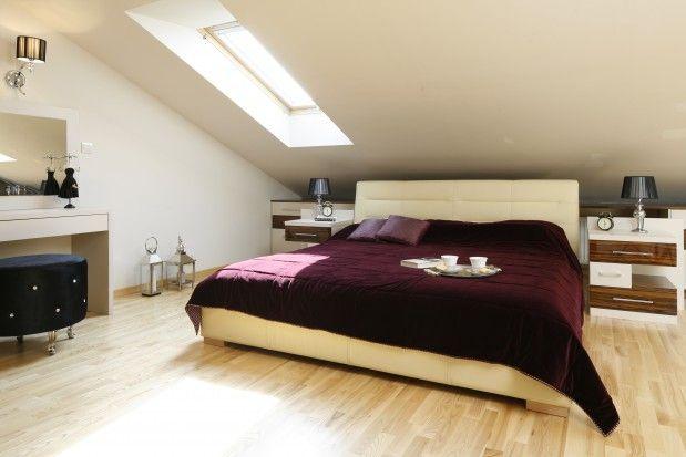Skosy, drewniane belki i trudno dostępne miejsca pod dachem tworzą urzekający klimat. Warto wykorzystać te atuty by stworzyć nastrojową sypialnię na poddaszu.