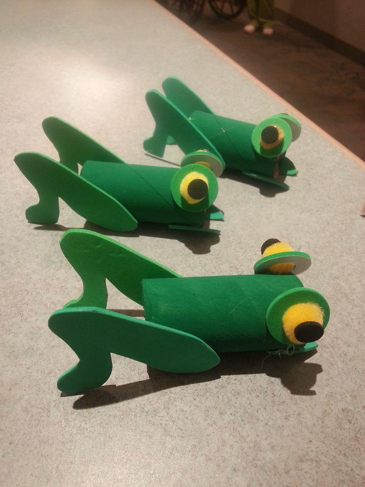 Saltamontes hechos con rollos de papel higiénico   -   Grasshoppers made out of toilet paper rolls