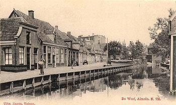 """Annelies van den Esschert Ja, jammer dat die huizen zo krakemikkeg waren, kan me van de binnenstad vroeger behalve veel goede huizen, ook verschillende huizen herinneren met het bordje: ONBEWOONBAAR VERKLAARD. Toch waren na de oorlog veel huizen zoals gezegd werd :""""onverklaarbaar bewoond""""(350×209)"""