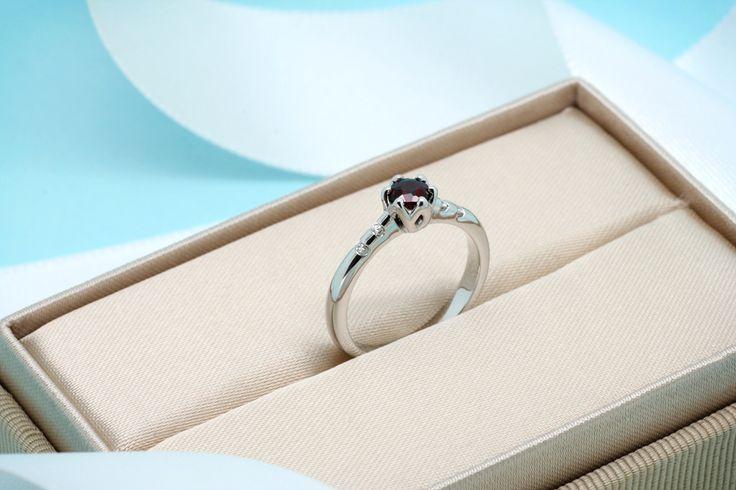 Vyrobíme pro Vás jakýkoliv zásnubní prstýnek s centrálním kamenem dle Vašeho výběru.  #engagement #golden #ring #diamond #gemstone #jewel #zasnubni #prsten #zlato #sperk #drahokam #diamant