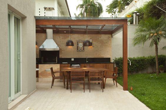 Um pergolado coberto protege a varanda gourmet. Churrasqueira, da Lazer & Cia. Tijolos aparentes, da Lepri. Luminárias, da La Lampe  (Foto: Adriana Barbosa/Divulgação):