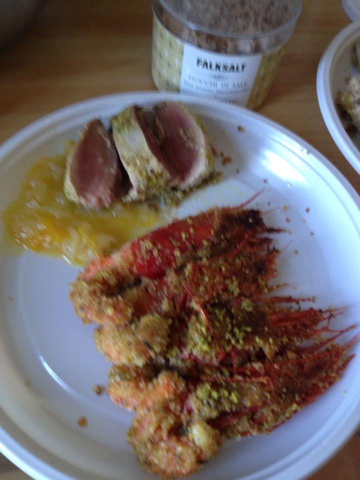 Tagliata di tonno al pistacchio con cipolle caramellate all'arancia e gamberoni panati al pistacchio cotti al forno