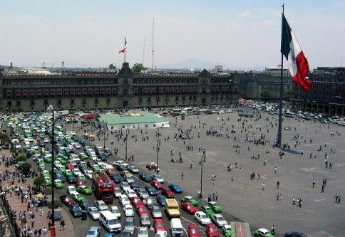 Piaţa Zocalo destul de aglomerată cu maşini şi turişti