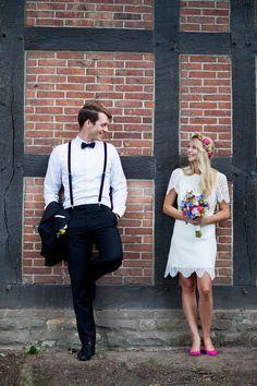 romantische Hochzeitsfotos von Lichterstaub - Fotografie. toller Look: Bunter Brautstrauß, vintage Kleid, pinke Schuhe bei der Braut.  Perfekt für eine Sommerhochzeit. Hosenträger und Fliege beim Bräutigam zum Dahinschmelzen. Fotos von Lichterstaub-Fotografie, Blumen von Milles Fleurs, Hair & Make Up von Ria Saage