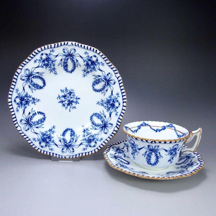 コールポートの 'Blue & White Bow' です。完璧な美しさを持ったトリオですね。       ⇩ http://eikokuantiques.com/?pid=95704519   #アンティーク #イギリス #英国 #アンティークカップ #英国アンティークス #コールポート
