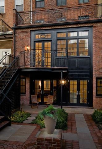 Com varandas privilegiadas, a união do tom avermelhado dos tijolos e o preto da estrutura conferiu ares clássicos a este prédio.