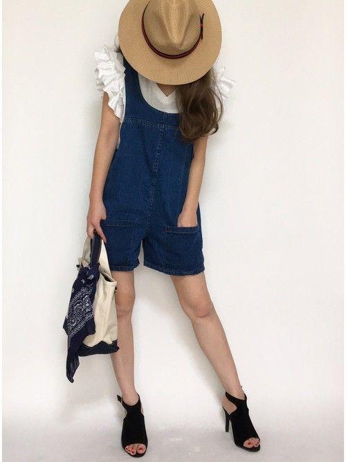 デニムロンパースにフリシャツを合わせて♪ 人気のおすすめモテ系ロンパースの一覧。レディースファッションのトレンドコーデ♪