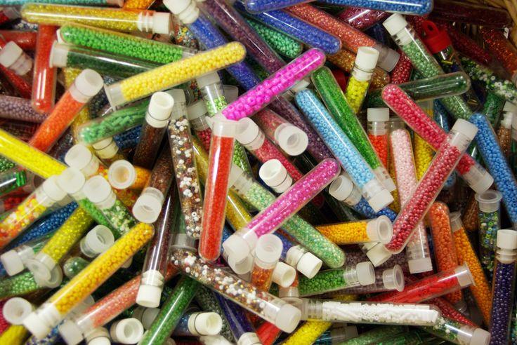 Tubes de perles au choix disponibles au rayon Mercerie de votre magasin Ellen Décoration.