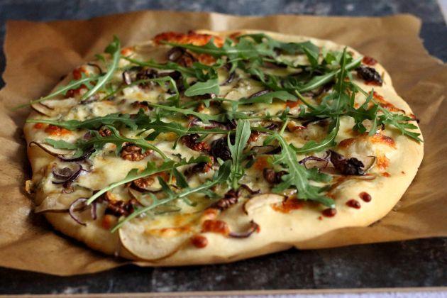 Pizza z gruszką, orzechami, rukolą i serem