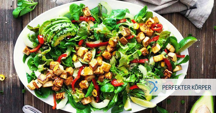 Salatteller mit Tofu und Avocado👌🥑  Dieser bunte und erfrischende Salatteller ist perfekt für heiße Sommertage und versorgt Deinen Körper mit vielen Ballaststoffen, reichlich Eiweiß und gesunden Fetten.🥗🙌😋