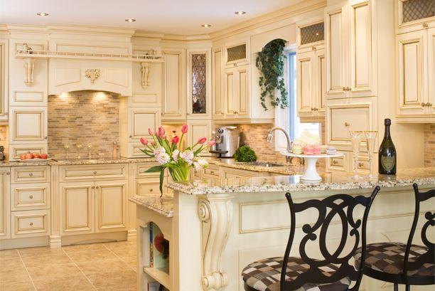 Armoires de cuisine de style riche. L'îlot et la totalité de la cuisine ont été réalisé en merisier. Le tout est harmonisé avec un comptoir de granit.