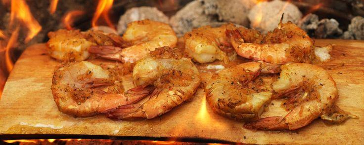 Crevetten auf Zedernholzbrett grilliert | Coop – Jetzt chame grilliere!