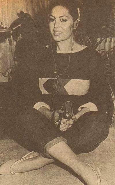 1980`ler / Türkan Şoray O yıllarda albüm yapmak için deneme kayıtları yapan Türkan Şoray, walkmani ile kendi sesini dinliyor.