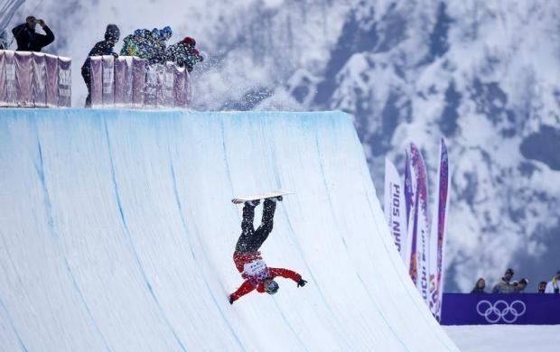 újabb kép a téli olimpiáról - a készítésükről a blogon olvashatsz -> http://blog.volgyiattila.hu/olimpia-szocsi   A lengyel Michal Ligocki elesik a férfi snowboard félcső kvalifikációs versenyén a téli olimpián, Szocsiban, 2014. február 11-én. Fotó: Mike Blake/Reuters #fotó #sportfotó #sajtófotó #szocsi #sochi2014 #sport #bukás #esés #snowboard