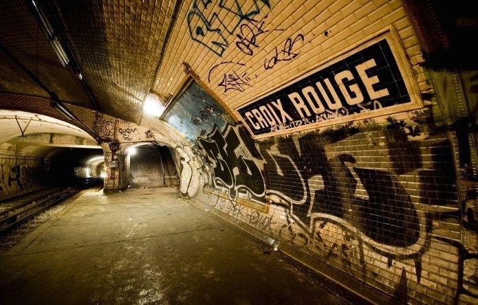 Les stations fantômes du métro de Paris : Station de Métro Croix-Rouge. Paris 75006. Située sur la ligne 10, entre les stations Sèvres - Babylone et Mabillon.