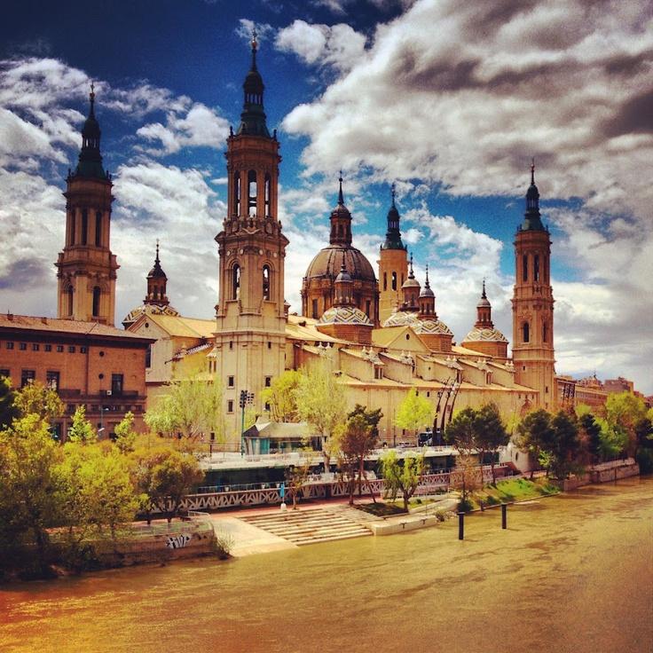 Înainte de a vă zice despre Zaragoza, vă explic cum am făcut de-am ajuns ultimii în avion, printr-o performanță a Laurei probabil unică în lume...http://www.cassini.ro/2012/04/zaragoza-cu-poze-si-julituri/