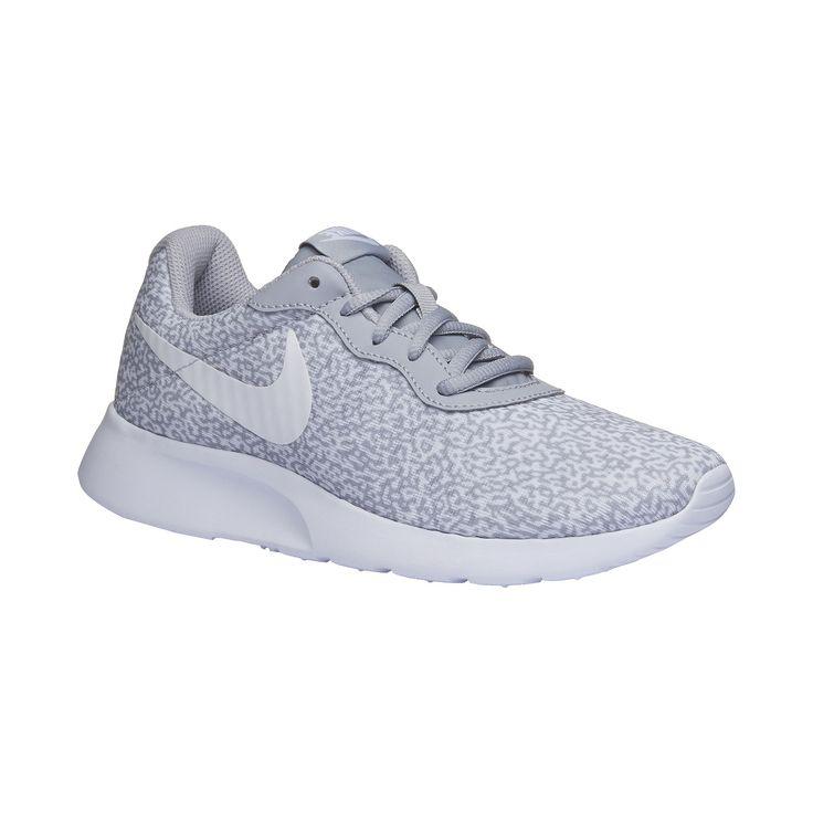 Dámske športové tenisky Nike majú pohodlnú bielu podošvu s mierne zdvihnutou špičkou. Textilný zvršok má zaujímavý sivý vzor a bočnú stranu zdobí typické logo. Obuv je ľahká, mäkká a dobre priedušná. Podčiarkne Váš športový štýl a hodí sa aj k jednoduchej puzdrovej sukni alebo šatám.