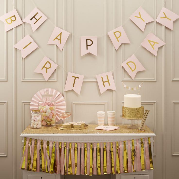 Anniversaire fille, magnifique guirlande H.A.P.P.Y B.I.R.T.H.D.A.Y composée de 13 fanions roses pales sur lesquels chaque lettre est marquée en or. Longeur 2,5 m au total.Une décoration parfaite pour les fêtes d'anniversaires girly !