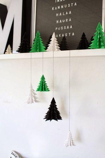 折り紙は軽いので、モビールやガーランドなどにして、吊るして飾るのもおすすめ!好きなカラーで作れるので、お部屋の雰囲気に合わせられて便利。