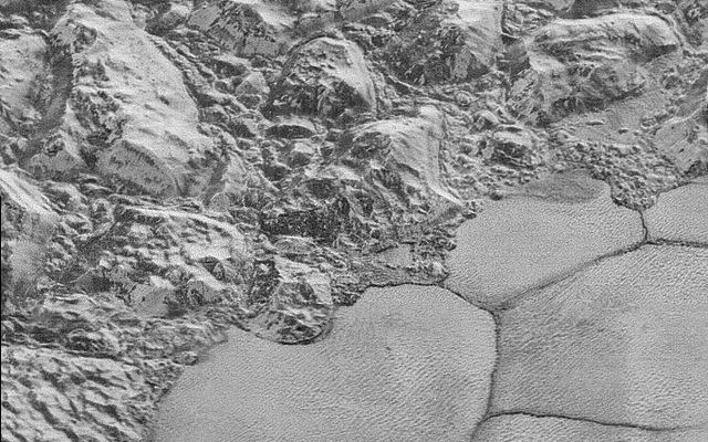 La sonda spaziale New Horizons ha inviato le prime immagini ad altissima definizione della superficie di Plutone Le prime fotografie ad altissima risoluzione di una piccola area della superficie del pianeta nano Plutone sono state pubblicate dalla NASA. #missionispaziali #nasa
