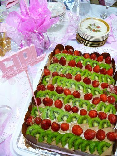 写真:友人手作りの豪華なケーキに、会場が一気に盛り上がる!