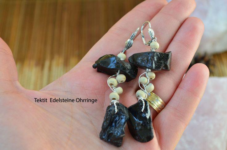 Hängende schwarze Tektit Ohrringe mit Holzperlen/ Impact glas Meteorit Ohrringe/Metaphysische Ohrringe/ Lange Hängende Ohrringe aus Tektit von GyaStyle auf Etsy