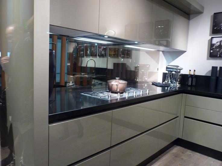 Cocina en laca brillo con encimera negra casa pinterest Cocina blanca encimera granito negra