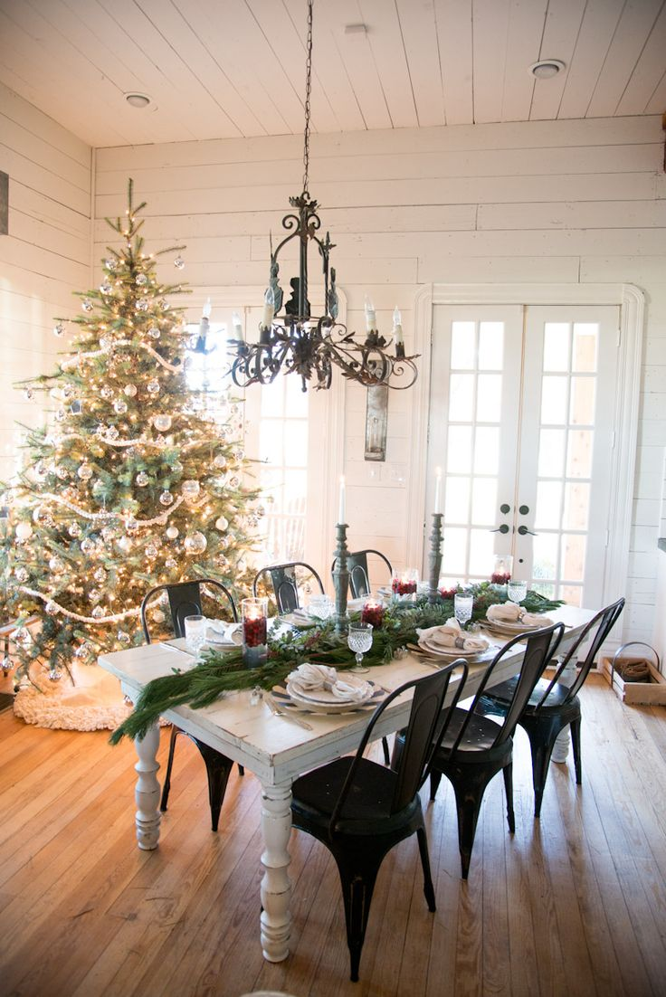 Holiday Home Decor Inspiration: A festive dining room and tablescape perfect for Christmas parties.