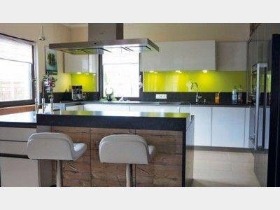 Kücheninseln teilen in großen, offenen Wohnräumen den Küchenteil optisch vom Rest ab, isolieren dabei aber nicht. Das gibt Gelegenheit, immer Teil des Geschehens zu sein. Gefunden im #Einfamilienhaus Variant 25-192 auf haus-xxl.de