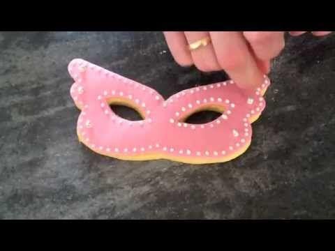 Come fare un biscotto a forma di maschera di carnevale - cakemania.it