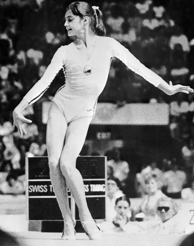 La Roumaine Nadia Comaneci est la 1ère gymnaste à obtenir, à l'âge de 14 ans, la note exceptionnelle de 10. Jeux Olympiques de Montréal, 27 Août 1976.